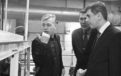 Сергей Андреев осматривает холодильное оборудование, фото Валерия Трубина, ПС