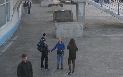Школьники у стадиона