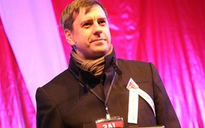 Сергей Андреев с оппозиционным символом - белой лентой. Фото с личной страницы vkontakte.