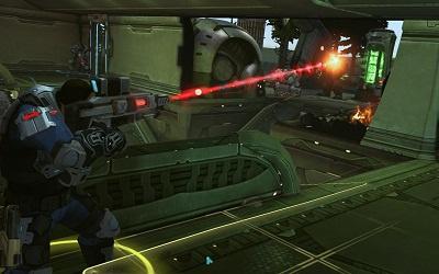 Солдат с лазерной винтовкой ведет бой против инопланетян, скриншот игры XCOM 3